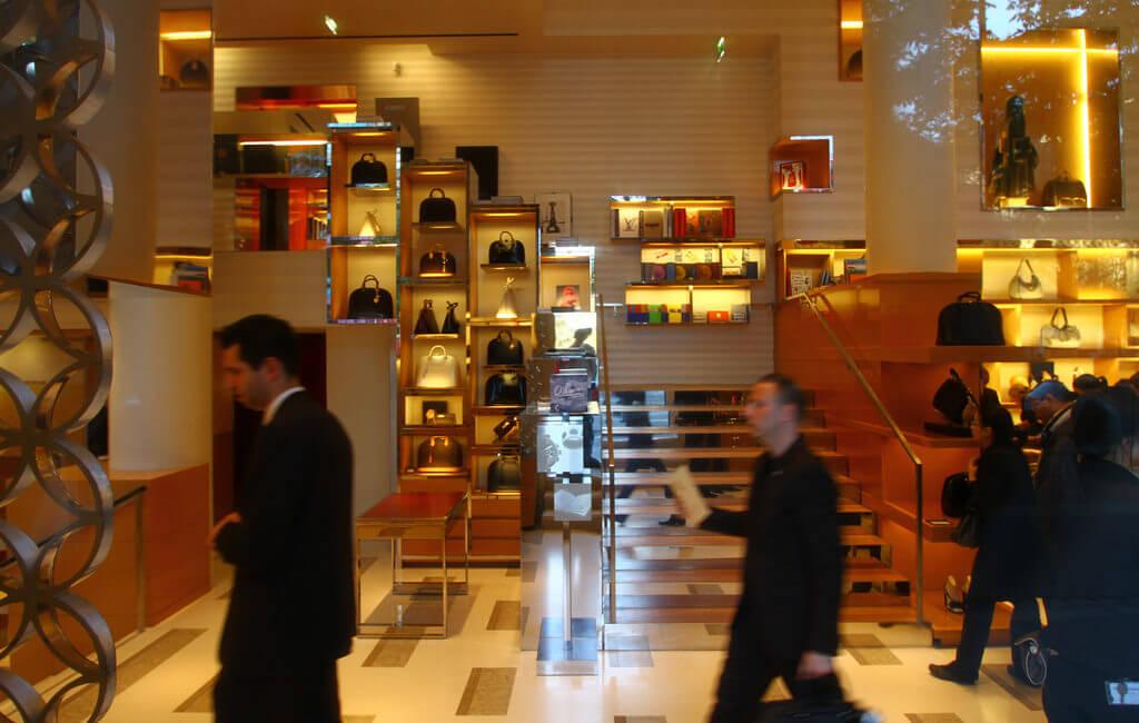 Tại sao phải đến Paris bằng mọi cách để mua túi xách hiệu Louis Vuitton
